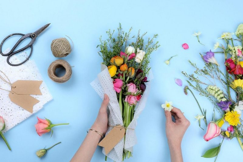 Make a small bouquet of flowers