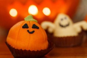 Read more about the article Love to trick or treat? You can thank bees for this Halloween tradition!